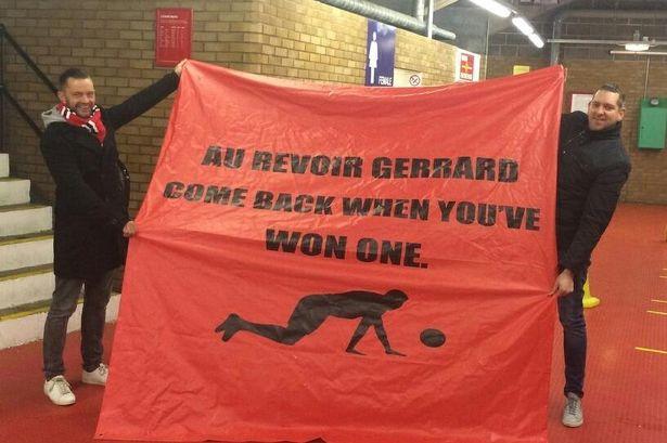 Los aficionados del United se vengaron del Liverpool con esta pancarta dedicada a Gerrard