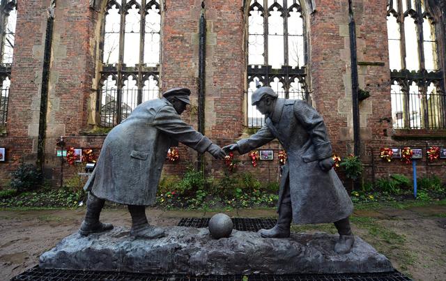All Together Now es el monumento que recuerda la Tregua de Navidad de 1914 - Odio Eterno Al Fútbol Moderno