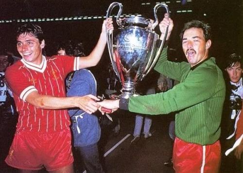 Grobbelaar y Robinson sujetan la Copa de Europa - Odio Eterno Al Fútbol Moderno