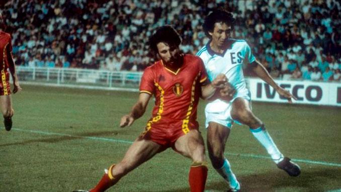 Mágico González disputando el Mundial '82 con El Salvador - Odio Eterno Al Fútbol Moderno
