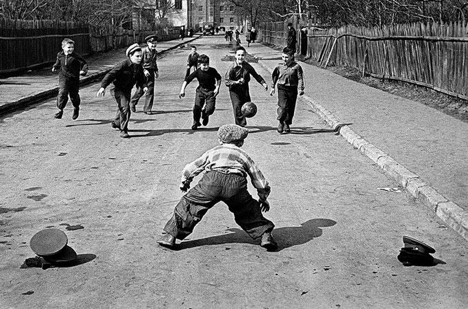 Partido de fútbol callejero