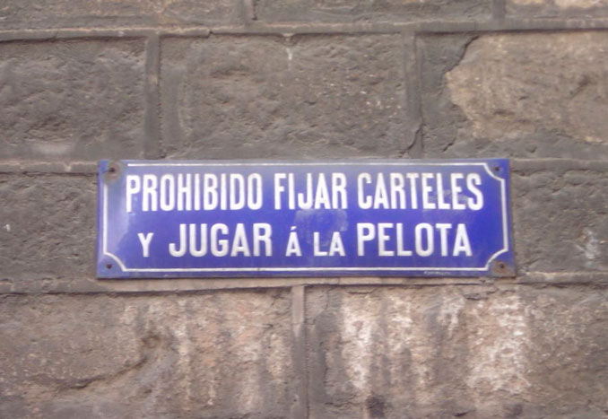 Cartel prohibido jugar al fútbol