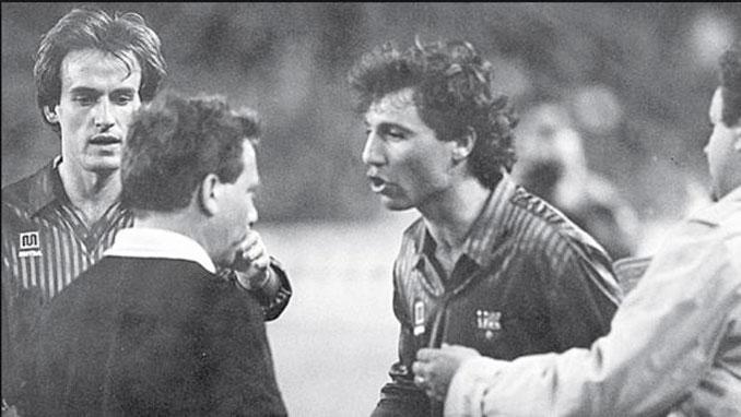 Hristo Stoichkov pisó a un colegiado - Odio Eterno Al Fútbol Moderno