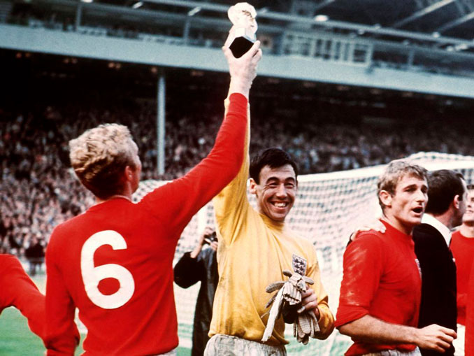 Gordon Banks levantando el trofeo Jules Rimet