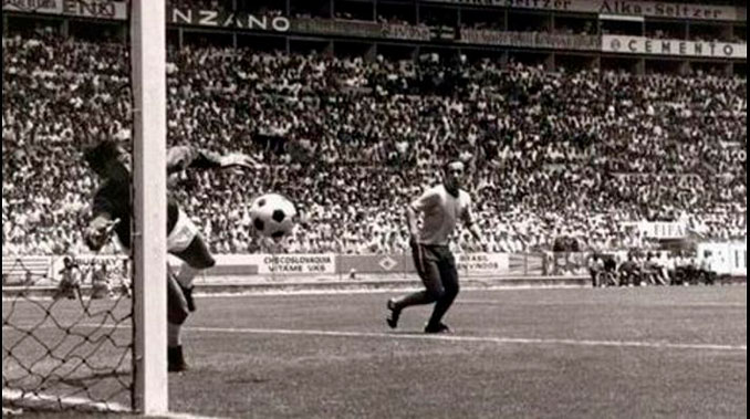 Gordon Banks en el momento que paró el remate de Pelé