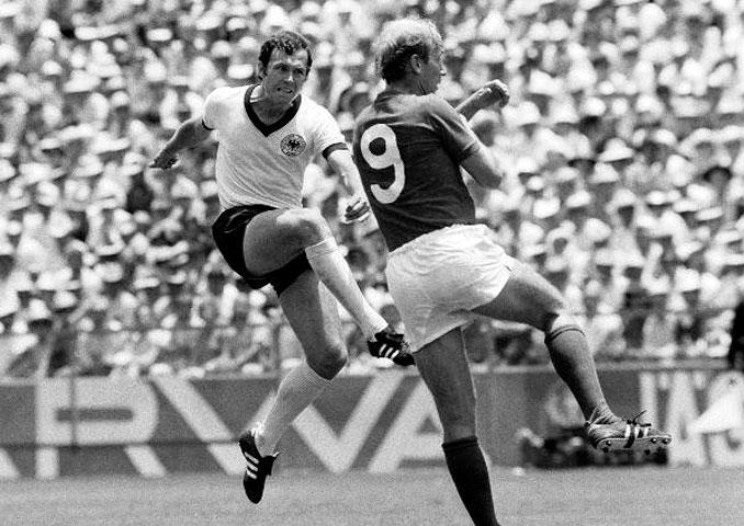 Beckenbauer y Charlton en la final del Mundial 1966