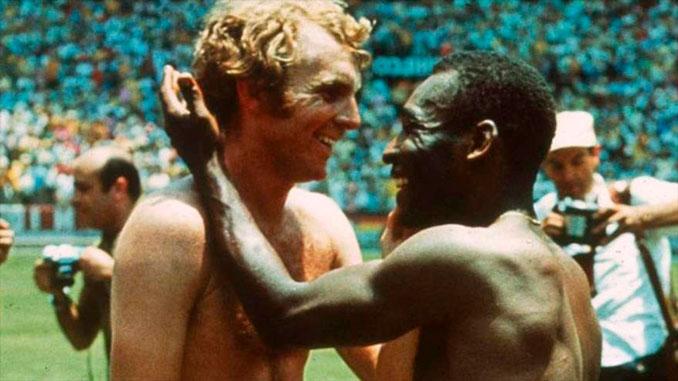 Bobby Moore y Pelé dos iconos del fútbol de los 70