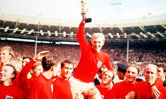 Bobby Moore levantando la copa Jules Rimet