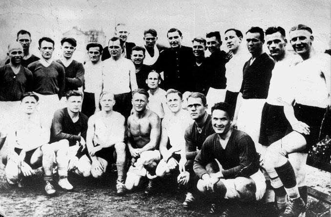 Jugadores del FC Start y FV Flakelf antes de El Partido de la Muerte - Odio Eterno Al Fútbol Moderno