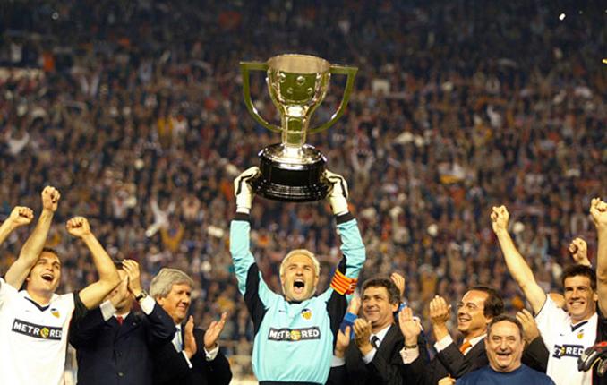 Cañizares por fin pudo levantar un título con el Valencia CF - Odio Eterno Al Fútbol Moderno