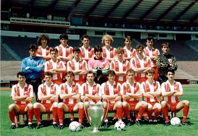 Plantilla del Estrella Roja posando con la Copa de Europa