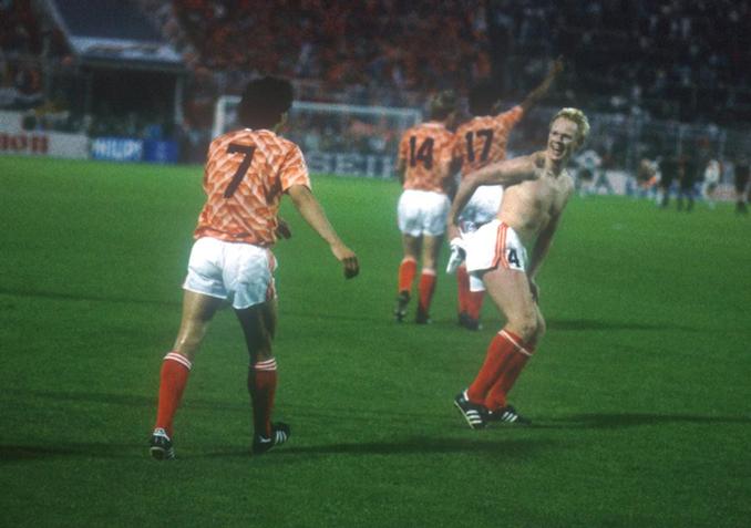 Koeman hizo este obsceno gesto tras derrotar a Alemania en la semis de la Eurocopa '88 - Odio Eterno Al Fútbol Moderno