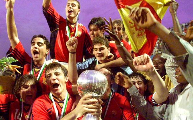 Los jugadores españoles extasiados con el trofeo del Mundial sub-20