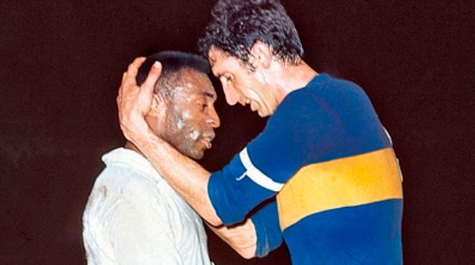 Pelé y Rattín se abrazan en un duelo entre Santos y Boca Juniors