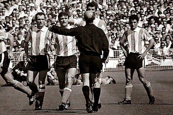 Antonio Rattín protagonizó la expulsión más famosa de los Mundiales