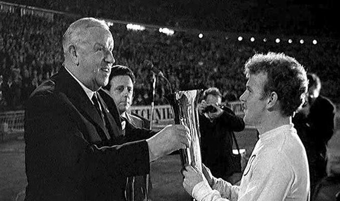 Stanley Rous entregando un premio al jugador escocés Billy Bremmer