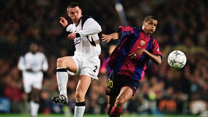 Carragher y Rivaldo disputan el balón en un Liverpool vs Barcelona - Odio Eterno Al Fútbol Moderno