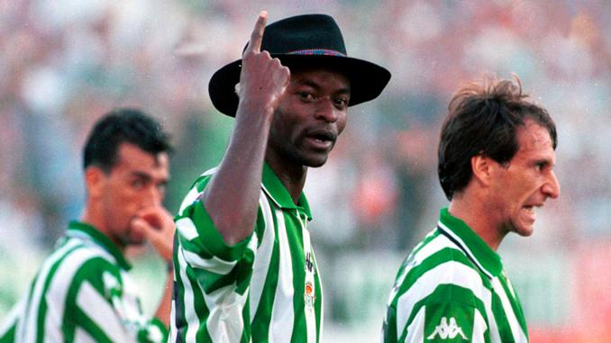 Finidi con su sombrero cordobés, un icono del fútbol de los 90 - Odio Eterno Al Fútbol Moderno