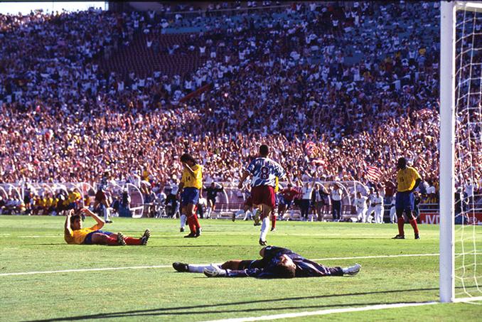 Andrés Escobar tras el gol en propia puerta en el Mundial USA '94 - Odio Eterno Al Fútbol Moderno
