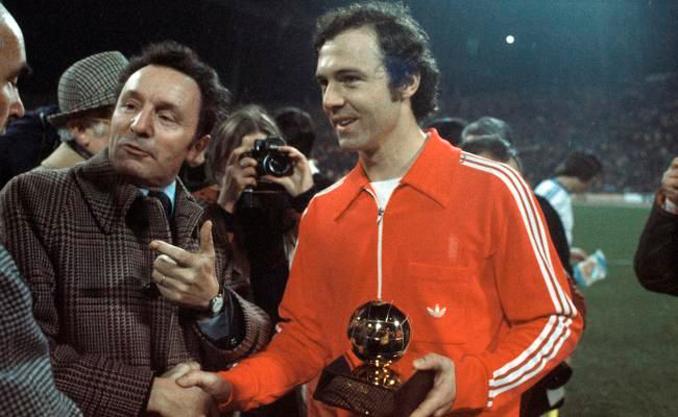 Franz Beckenbauer recibiendo el Balón de Oro de 1976 - Odio Eterno Al Fútbol Moderno