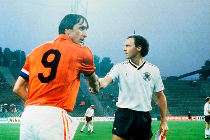 Johan Cruyff y Franz Beckenbauer dos iconos del fútbol de los '70