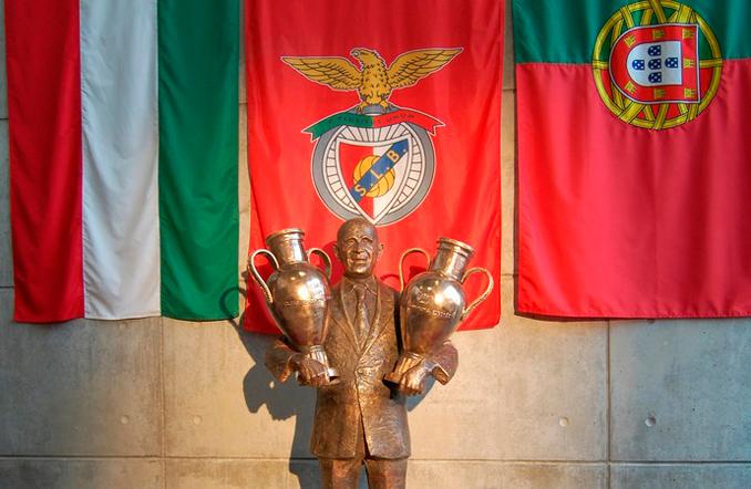 Una estatua de Bela Guttmann preside las afueras del Estadio da Luz