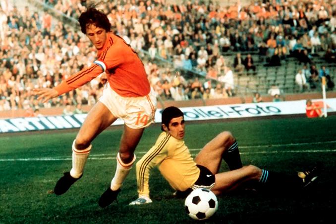 Cruyff jugó con una camiseta distinta a la de sus compañeros en el Mundial de 1974