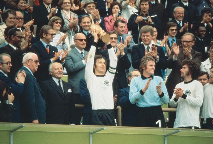 Beckenbauer levantando la Copa del Mundo - Odio Eterno Al Fútbol Moderno