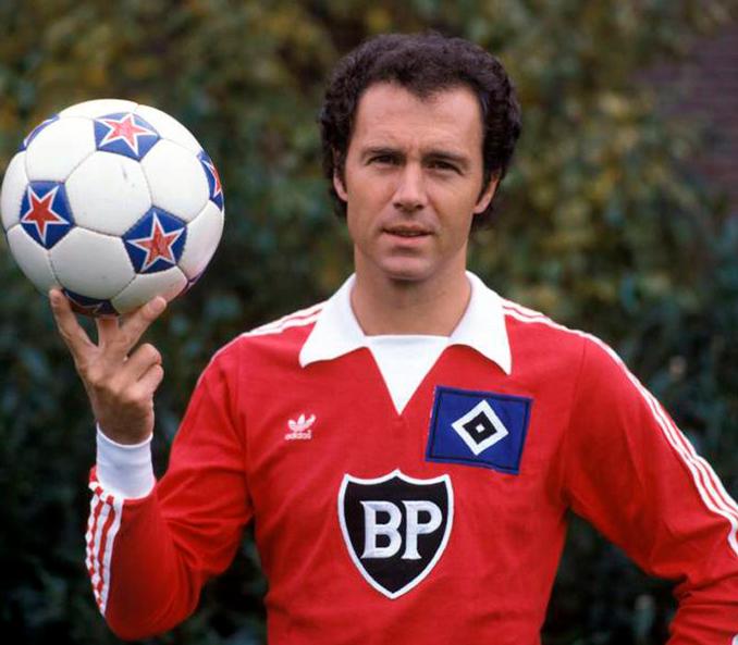 Beckenbauer con la elástica del Hamburgo - Odio Eterno Al Fútbol Moderno