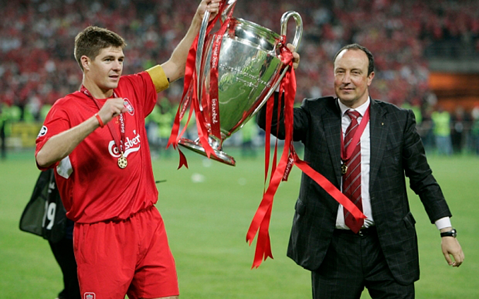 Gerrard y Benítez alzan la Copa de Europa conquistada en Estambul - Odio Eterno Al Fútbol Moderno