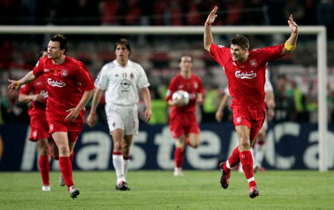 Gerrard arengando a los suyos tras marcar el primer tanto de la remontada - Odio Eterno Al Fútbol Moderno