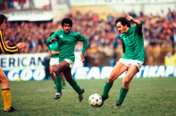 Michel Platini durante un partido con el Saint-Étienne