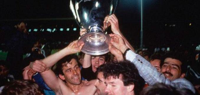 Michel Platini levantando su única Copa de Europa