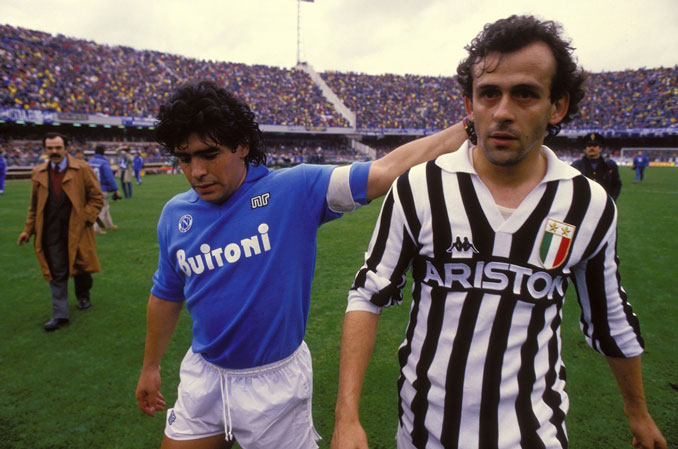 Maradona y Michel Platini durante un partido frente a la Juventus