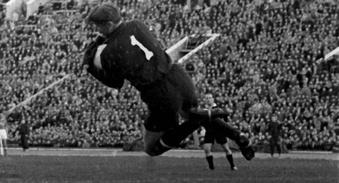 Lev Yashin atajando un balón