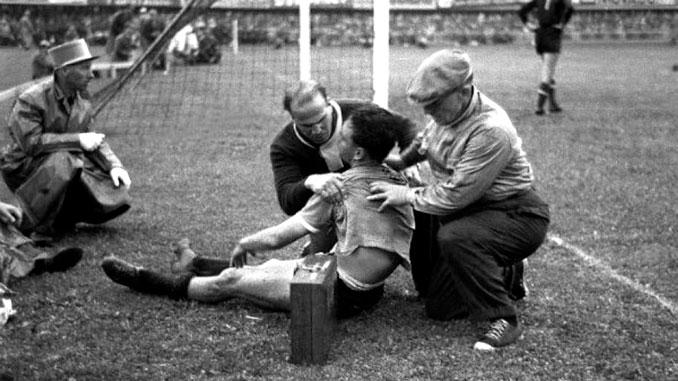 Juan Hohberg siendo atendido tras marcar el segundo gol a Hungría