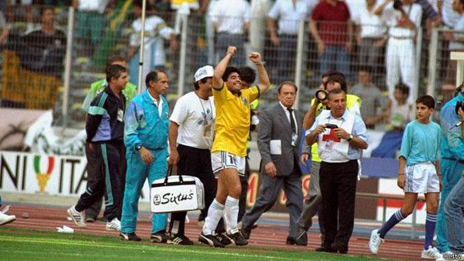 Maradona celebrando la victoria frente a Brasil en Italia '90