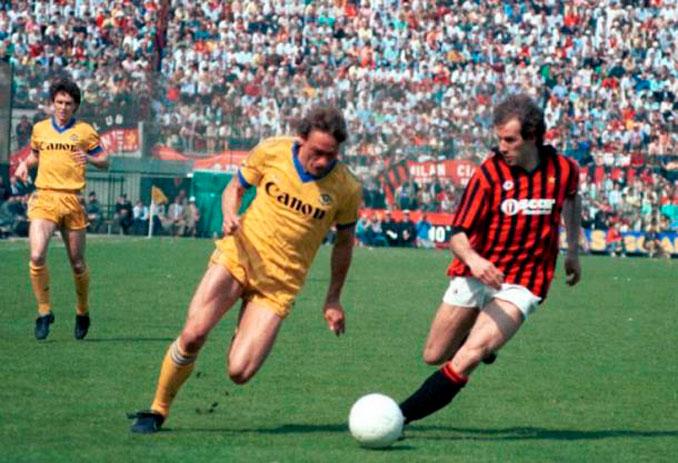 Elkjaer Larsen y Baresi pugnando por el balón en un Hellas Verona vs AC MIlan