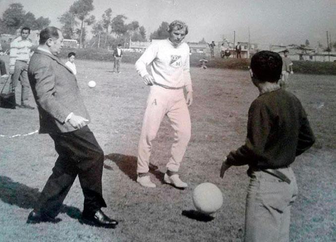 Alfonso Senior , presidente de Millonarios Fútbol Club junto a Bobby Moore