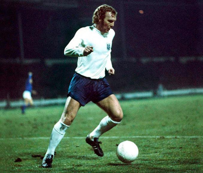 Bobby Moore jugando con Inglaterra