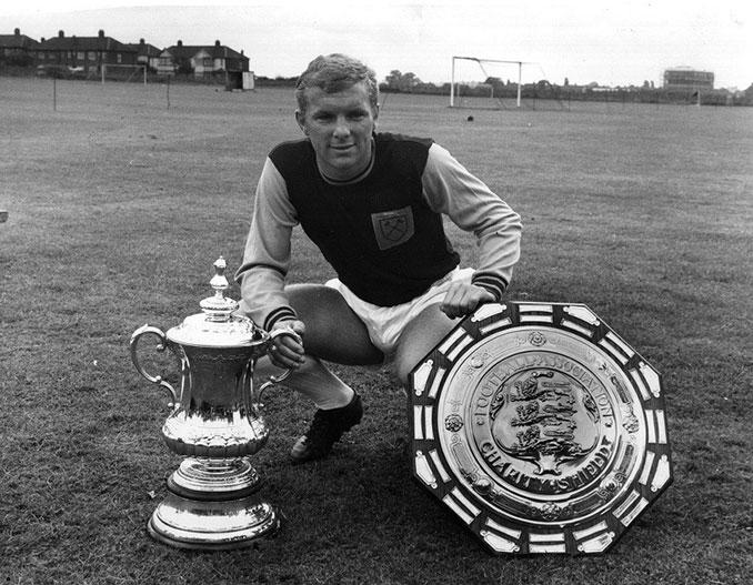 Bobby Moore con sus trofeos logrados en el West Ham