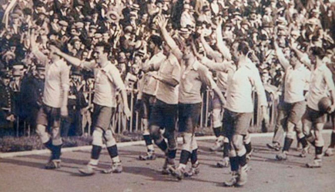 Selección uruguaya celebrando uno de los campeonatos conquistados en los años 20