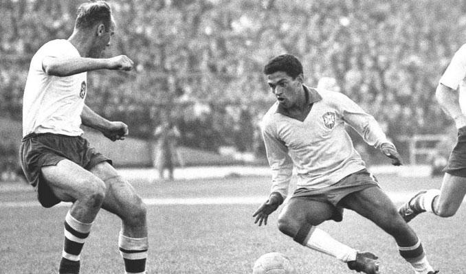 Garrincha driblando a un rival durante el Mundial del Chile 62