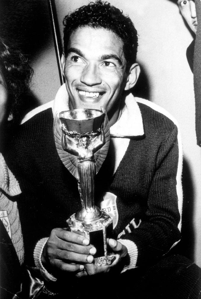 Garrincha con el trofeo Jules Rimet