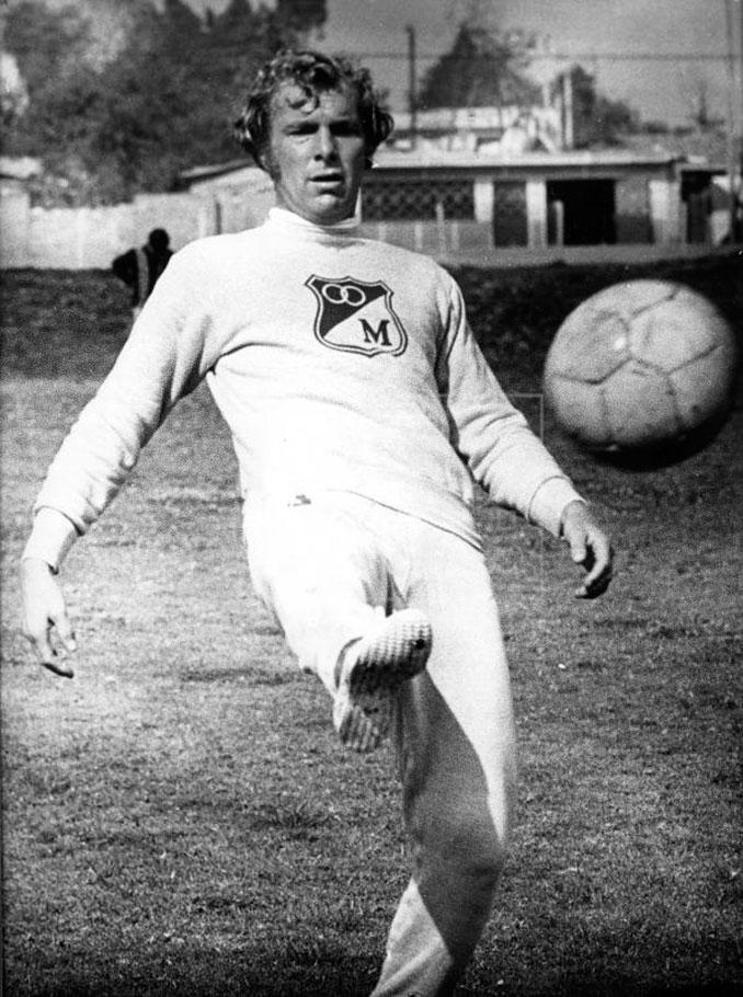 Bobby Moore con la camiseta de Millonarios Fútbol Club
