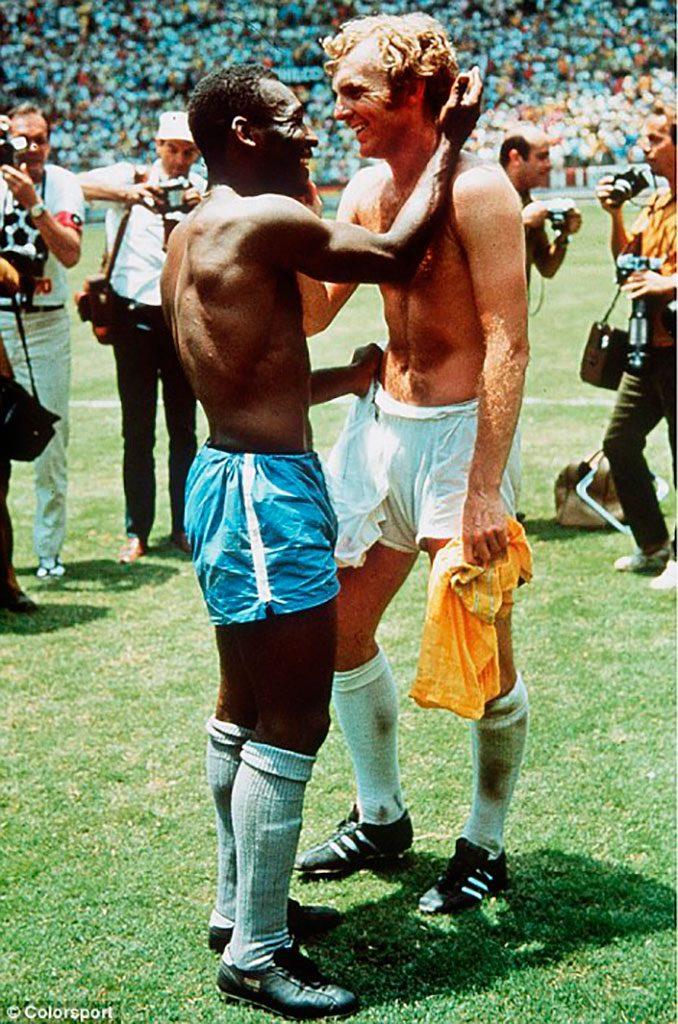 Pelé y Bobby More intercambiando la camiseta tras el Brasil vs Inglaterra