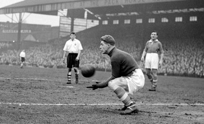 Sam Bartram en uno de los 623 partidos que jugó con el Charlton Athletic