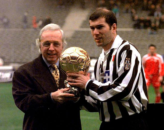 Zinedine Zidane recogiendo su Balón de Oro