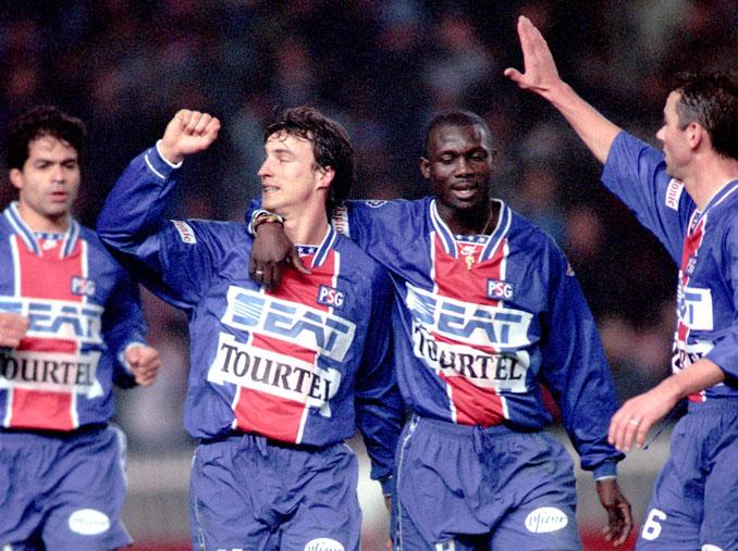 George Weah junto a David Ginola celebrando un tanto - Odio Eterno Al Fútbol Moderno
