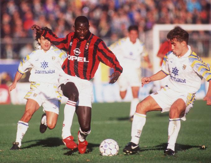George Weah encarando a un jovencísimo Cannavaro en un partido frente al Parma - Odio Eterno Al Fútbol Moderno